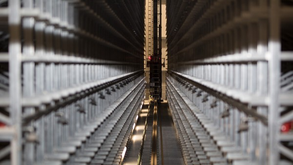Přístroje SmartCheck trvale monitorují pohony zdvihu i pojezdu regálových zakladačů.